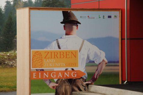(Foto: Mitteregger) Willkommen bei der Zirbenausstellung